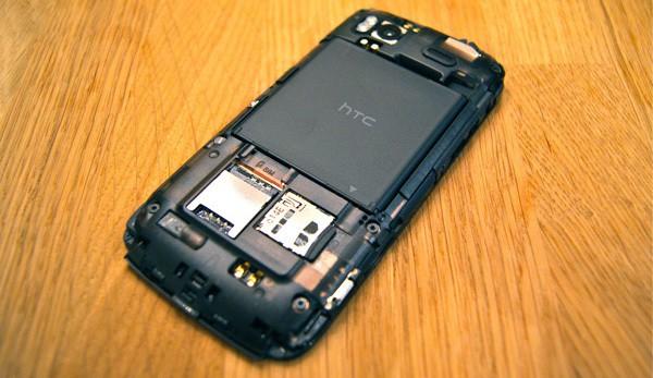 в комплекте наушники HTC