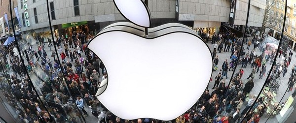 (FILES) A file photo taken on March 25, 2011 shows a giant Apple logo as customers wait in front of the Apple-store in the southern German city of Munich. Italy's anti-trust authority said on December 27, 2011 it was imposing a 900,000-euro ($1.2-million) fine on US tech giant Apple for misleading consumers on assistance services and guarantees for its products. AFP PHOTO / CHRISTOF STACHE