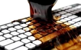 На кнопки клавиатуры вылили жидкость